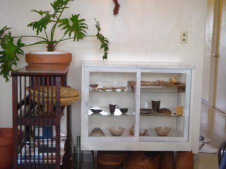 陶器が飾られた棚