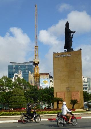 チャンフンダオ像と建築工事中の景色