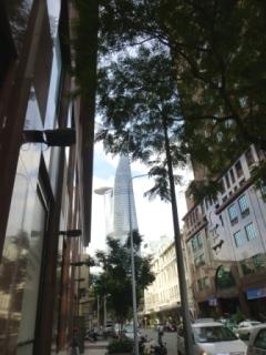 高層ビルが見える通り