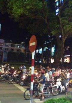 信号待ちバイクの群れ